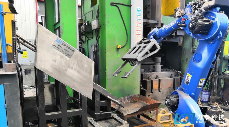 浙江锻造厂超高压除磷设备与工业机器人对接现场