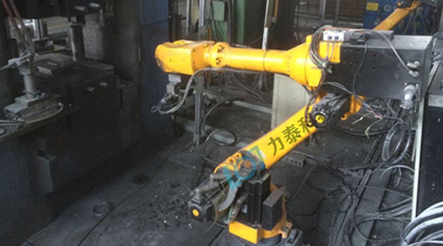 看氧化皮除磷机如何与工业机器人完美配合